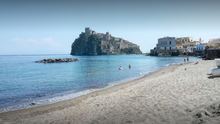 "Пляж ""Делла Мандра"" (""Della Mandra Beach"")"