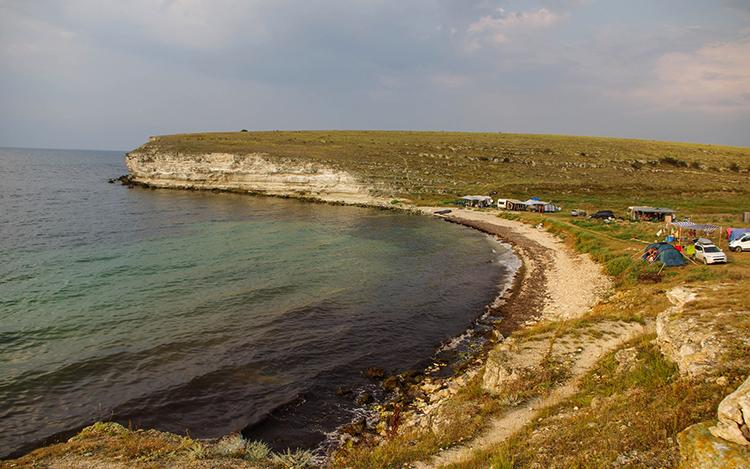 Пляж в бухте Карамыш