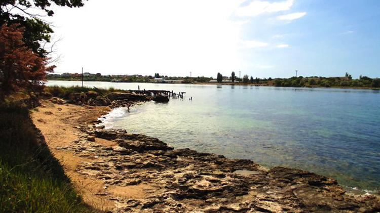 Пляж возле старого причала