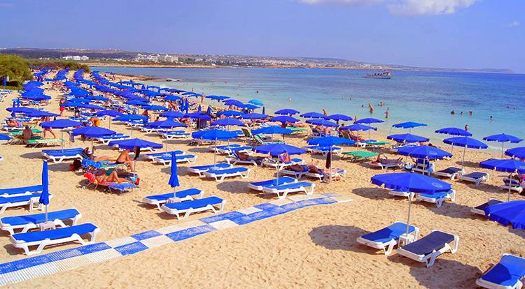 Макрониссос (Makronissos Beach)