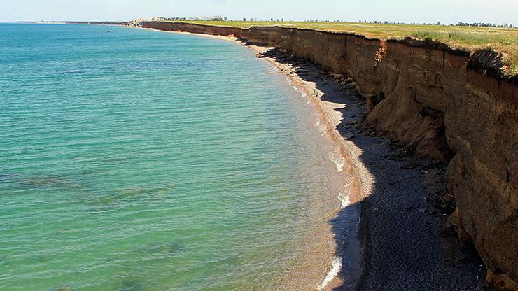 Дикий пляж под обрывом