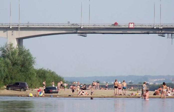 Пляж наОке уавтомобильного моста