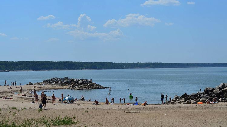Пляж на камнях